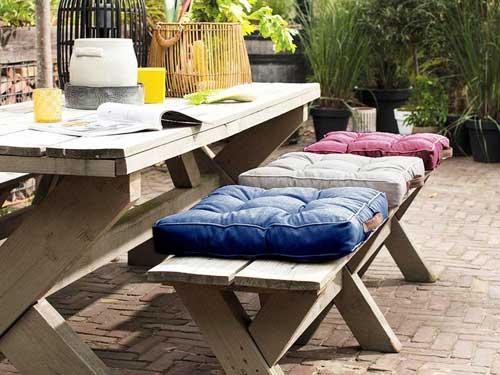 Vista di un tavolo di legno con panca in terrazzo