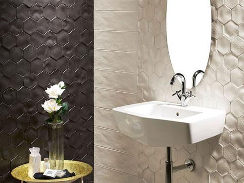 Vista di un lavello con specchio ovale e di fronte un porta saponi in ottone con fioriera