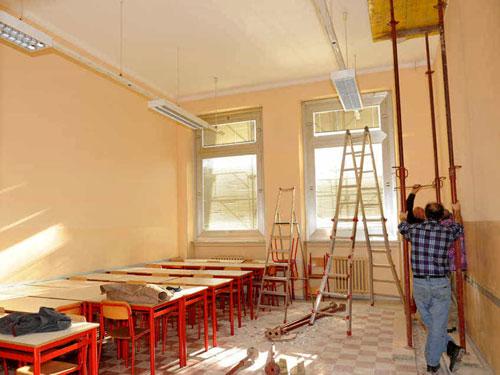 Operatori intenti nei lavori di ristrutturazione di un aula scolastica