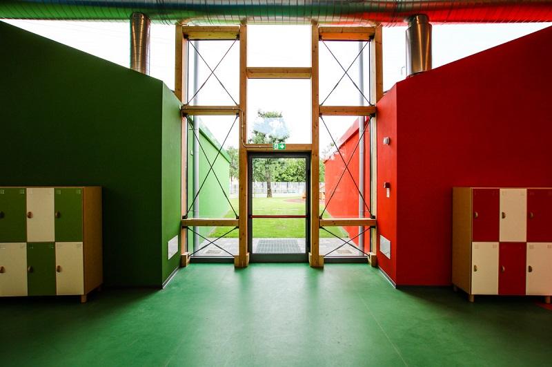 Porta di emergenza di una scola vista dall'interno che affaccia sul giardino scolastico