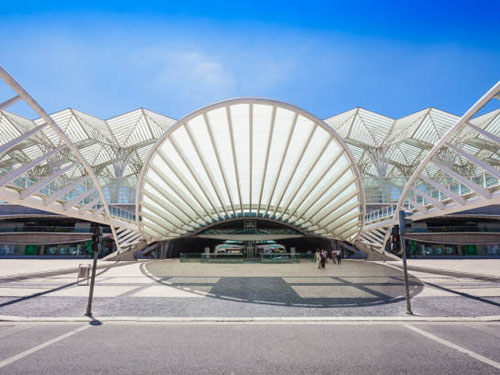 Vista della piazza antecedente la stazione di reggio emilia progettata da Calatrava