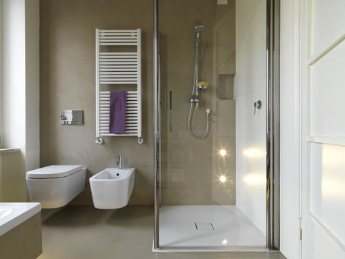 Bagno con sanitari sospesi e doccia con vetrata