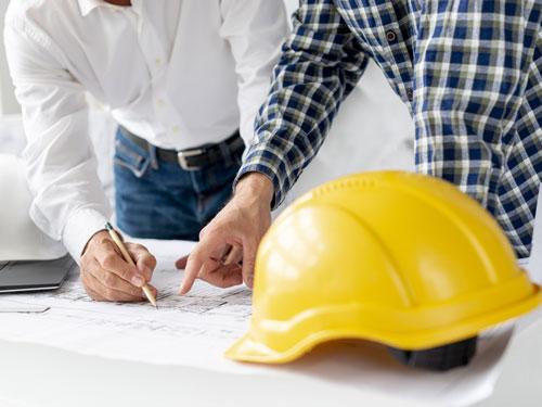 Coppia di Architetti mentre progettano una casa da zero