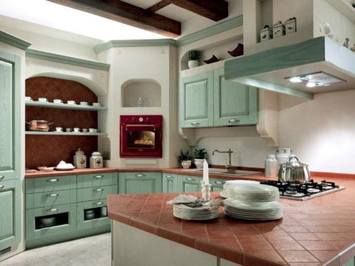 Cucina in stile country policromata con ante turchesi e piano di appoggio in terracotta