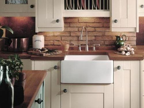 Vista di una cucina in stile country con rivestimenti in muratura