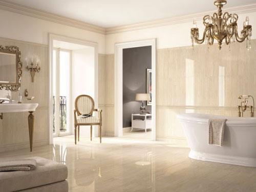 vista di un bagno in stile barocco con vasca free standing e lampadario in ottone e cristalli