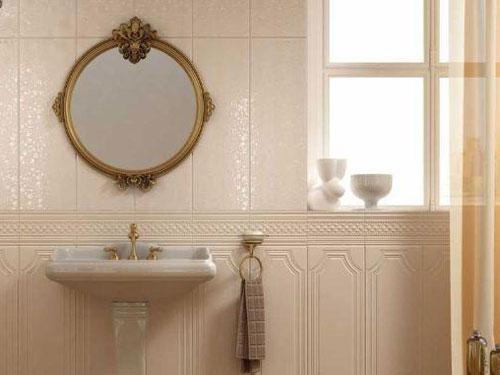 Vista di una lavello di un bagno in stile barocco con specchio