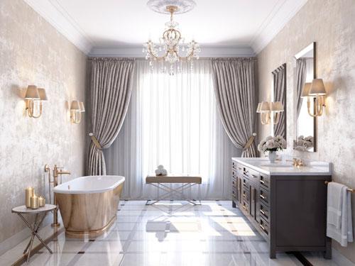 Bagno in stile barocco con vasca free standing in bronzo con lampadario in ottone e cristallo e grande mobile con lavandino in marmo