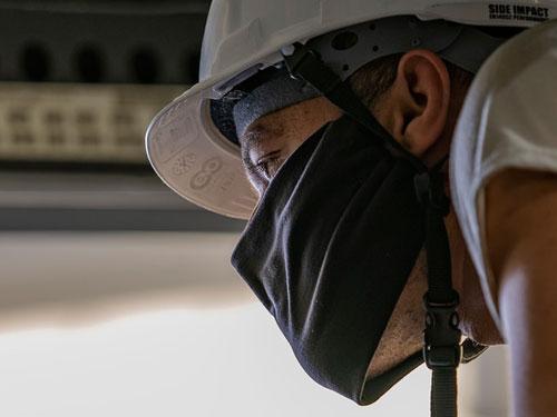 Muratore con mascherina durante il lavoro