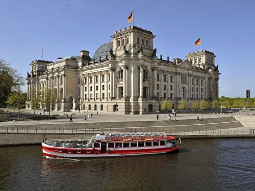 Esterno vista fiume del Palazzo del Reichstag