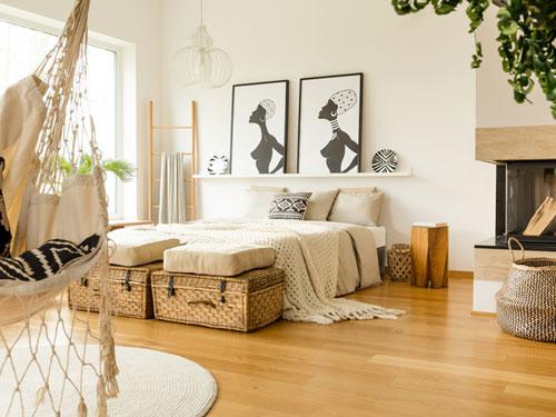 Camera da letto in stile etnico in tema africano dai colori chiari