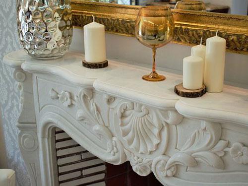 camino in marmo di un salone in stile barocco