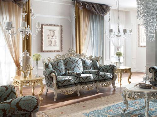 Salone in stile barocco con divano imperiale con fantasie geometriche celesti e amaranto con ampia cornice in argento