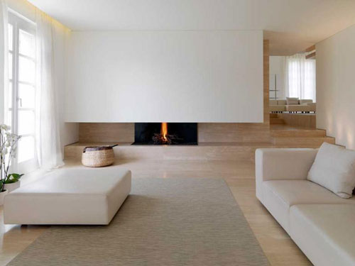 salone in stile minimal chic con i toni tenui del bianco e del legno